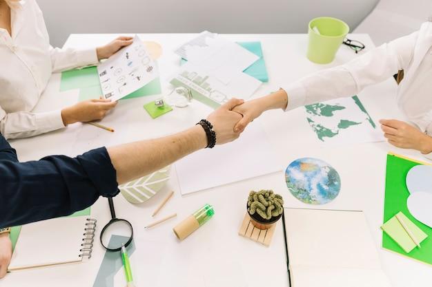 Homme d'affaires se serrant la main avec son partenaire sur le bureau