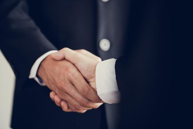 Homme d'affaires se serrer la main d'accord sur les ventes de gros lots qui terminent l'objectif des plans marketing de l'entreprise