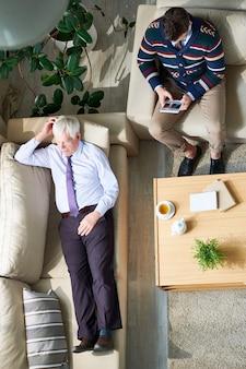 Homme d'affaires senior partageant ses problèmes avec un psychiatre
