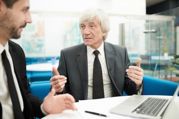 Homme d'affaires senior en réunion