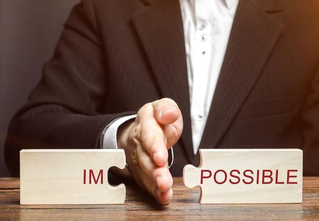 Homme d'affaires sépare des énigmes impossible.