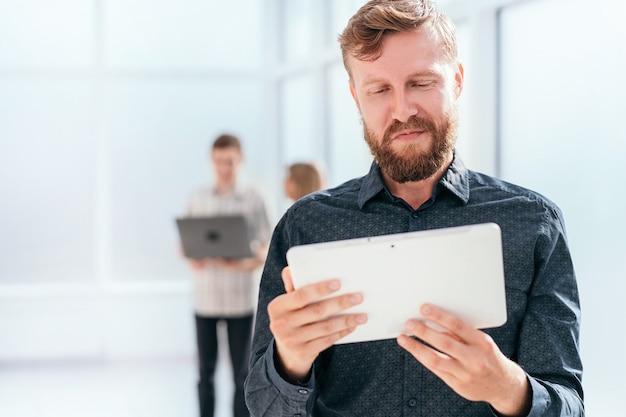 Homme d'affaires sérieux, lecture de message sur tablette numérique.