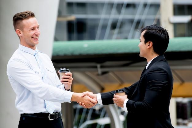 Homme d'affaires serrant la main projets réussis