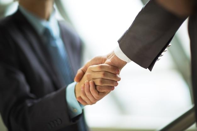 Homme d'affaires, serrant la main de son partenaire