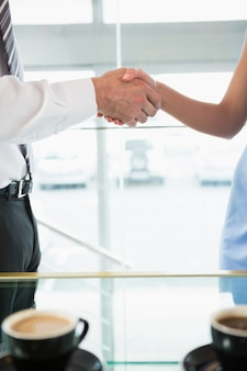 Homme affaires, serrer main, à, collègue