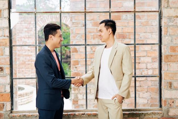 Homme affaires, serrer main, de, collègue