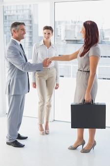 Homme affaires, serrer main, collègues