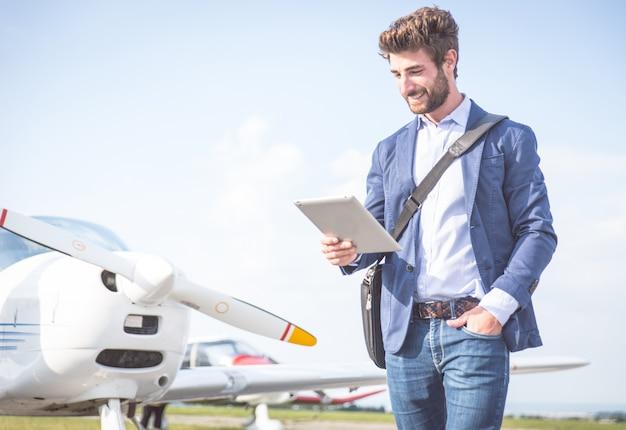 Homme d'affaires avec ses avions
