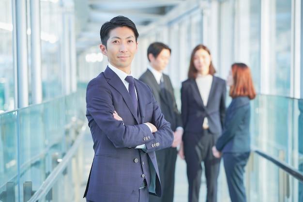 Homme d'affaires et ses collègues