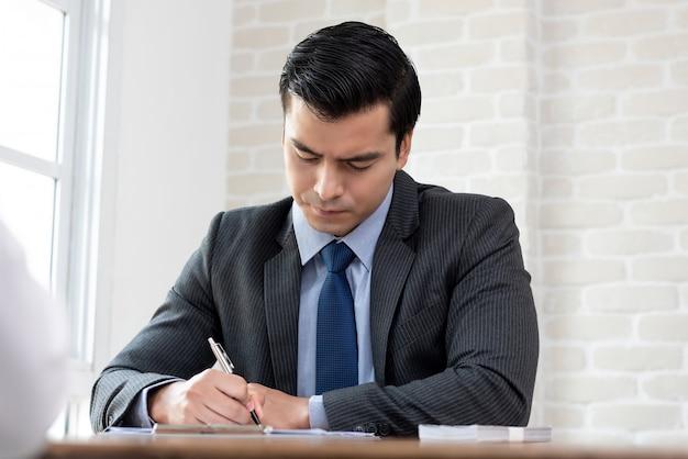 Homme d'affaires signant un contrat de prêt