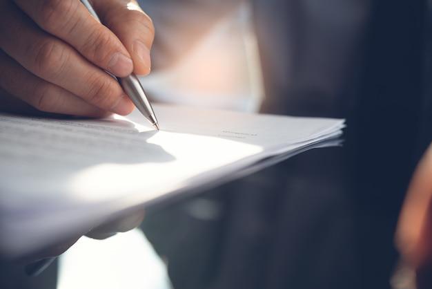Homme affaires, signature, contrat affaires, dans, bureau