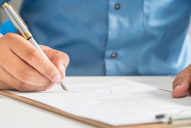 Homme d'affaires, signature, contrat, faire, affaire, classique, affaires