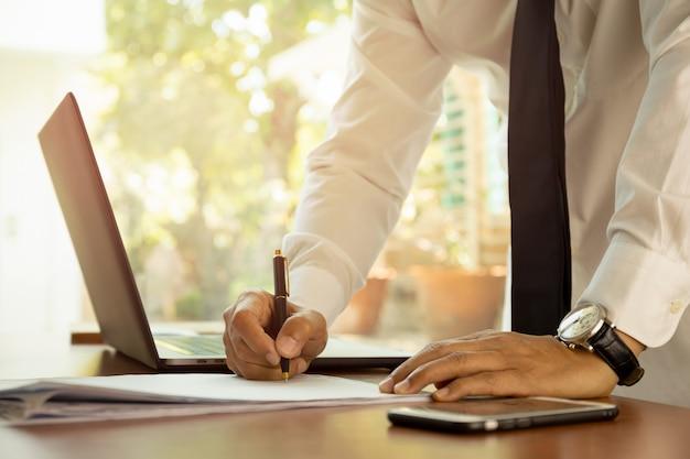 Homme d'affaires signature de contrat faisant un concept d'ambition de chef d'équipe de transaction.