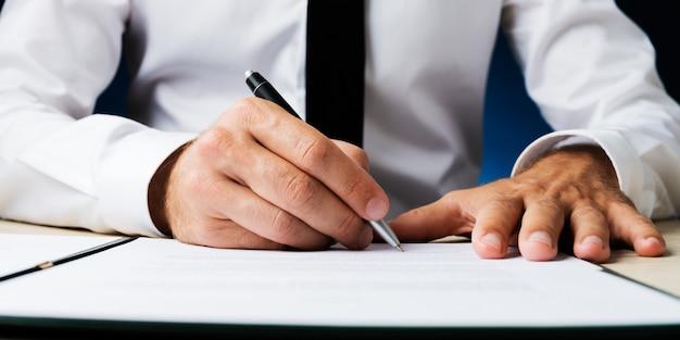 Homme affaires, signature, document