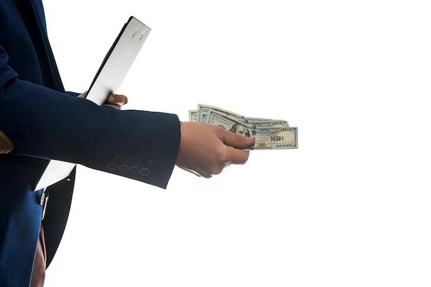 Homme d'affaires signe un contrat d'achat ou de location, détenant des dollars sur un mur blanc isolé