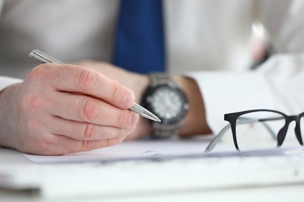 Homme d'affaires signe un contrat. concept d'éducation commerciale