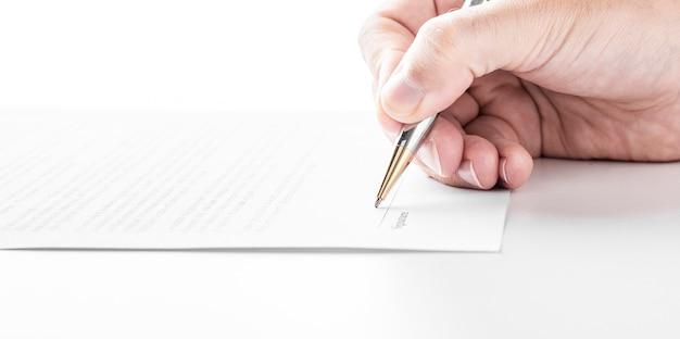 Homme d'affaires signe un contrat, détails du contrat commercial