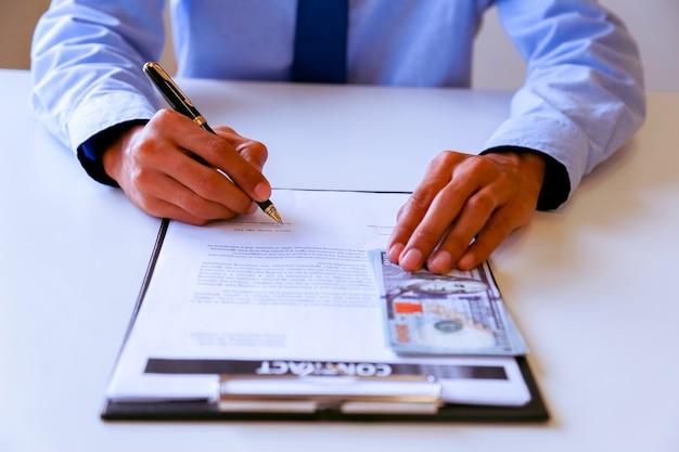 Homme d'affaires signe un contrat.