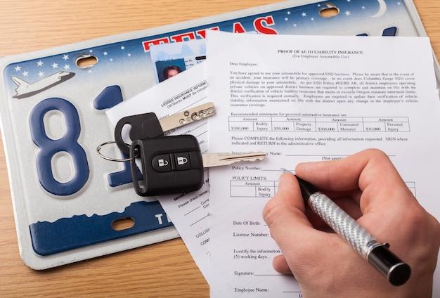 L'homme d'affaires signe des détails de contrat, d'affaires et de loi