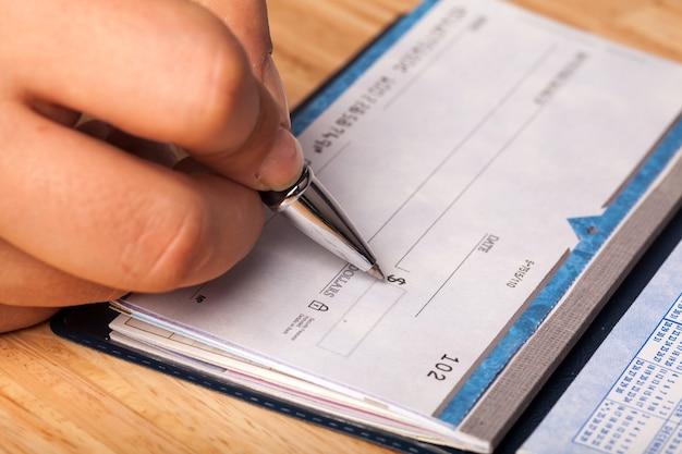 L'homme d'affaires signe une facture, des détails d'affaires et de loi