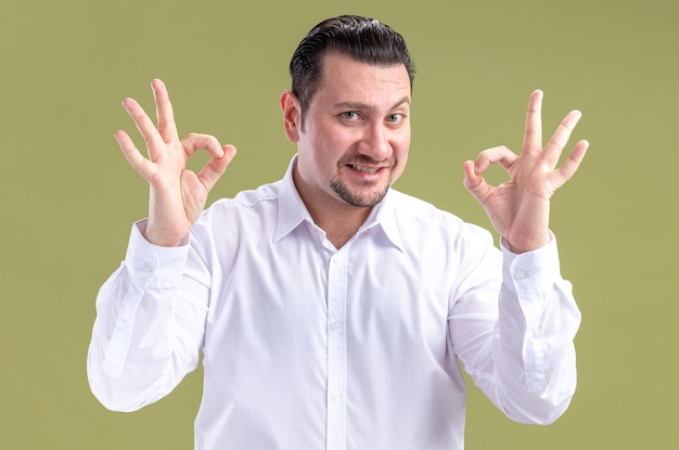 Homme d'affaires slave adulte souriant gesticulant signe ok