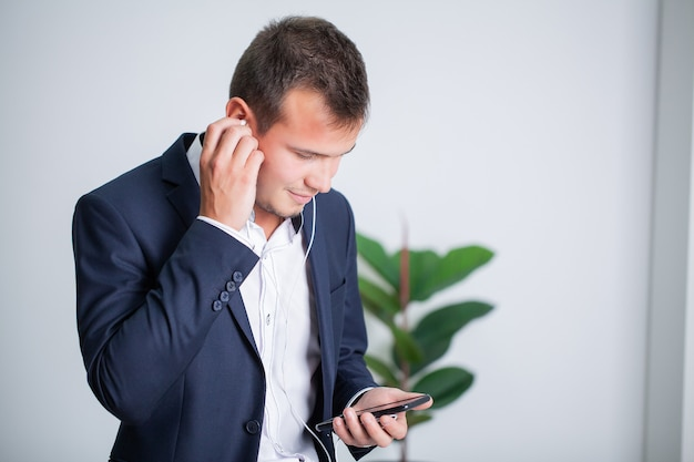 Homme d'affaires solide, parler au téléphone avec un client dans le bureau de l'entreprise