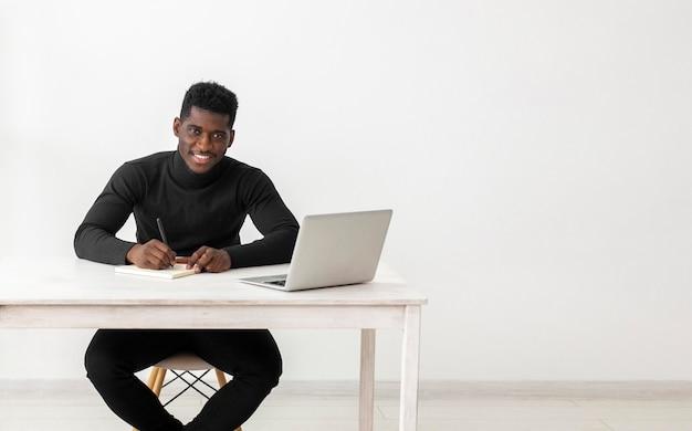 Homme d'affaires à son espace de copie de bureau