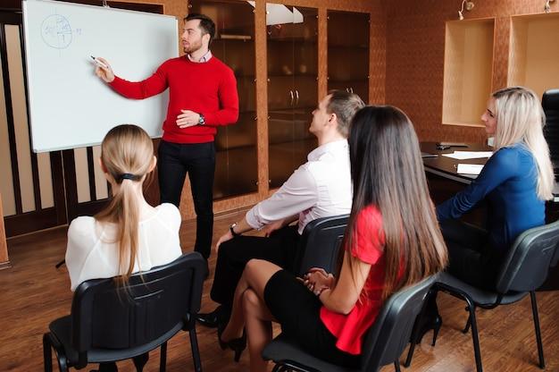 Homme d'affaires avec son personnel, groupe de personnes en arrière-plan