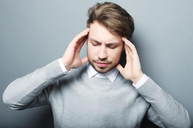 Homme d'affaires a souligné l'inquiétude de maux de tête de pression isolé sur b gris