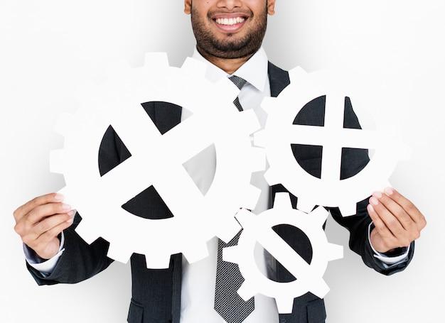 Homme d'affaires souriant bonheur tenant engrenage symbole