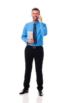 Homme d'affaires souriant avec équipement électronique