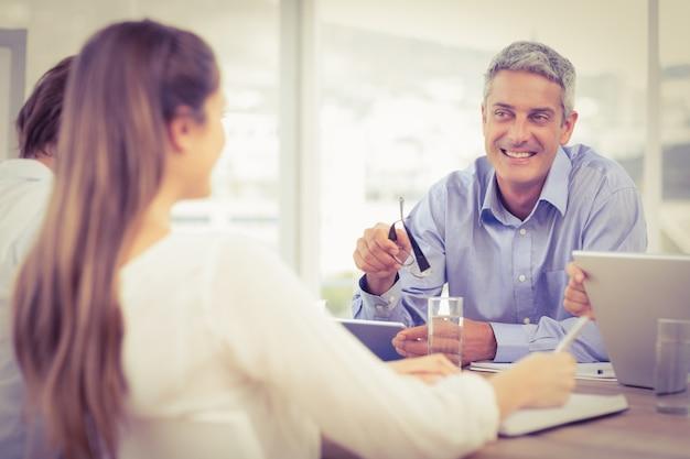 Homme d'affaires souriant parler en réunion