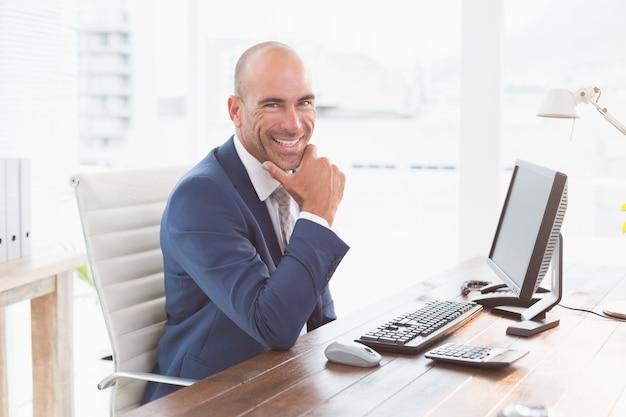 Homme d'affaires souriant, regardant la caméra