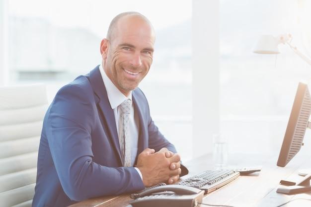 Homme d'affaires souriant en regardant la caméra