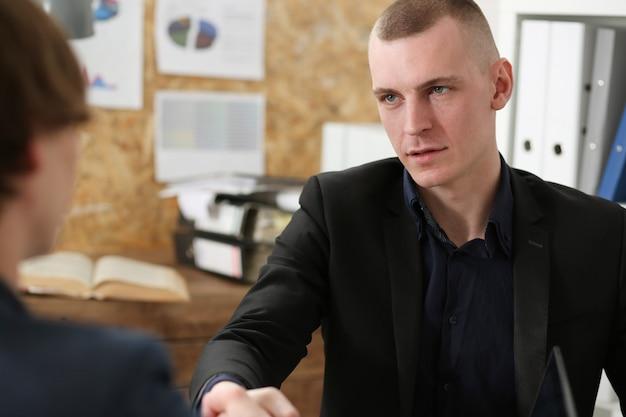 Homme d'affaires souriant, serrer la main comme bonjour au bureau