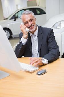 Homme d'affaires souriant, téléphonant