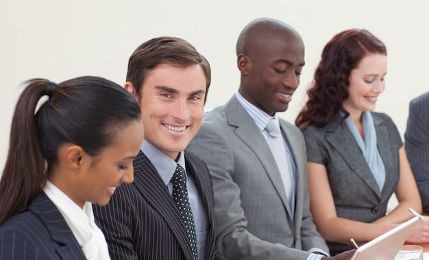 Homme d'affaires souriant travaillant dans une réunion