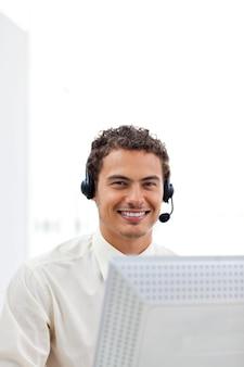 Homme d'affaires souriant travaillant à un ordinateur