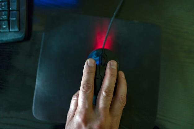 Homme d'affaires avec une souris d'ordinateur