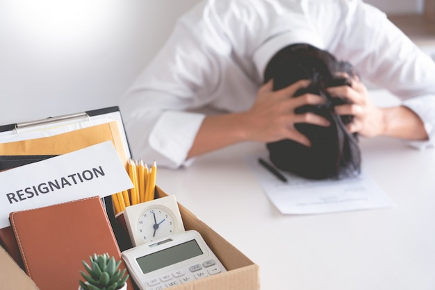 Homme d'affaires a le stress de démissionner et de signer la lettre de contrat d'annulation