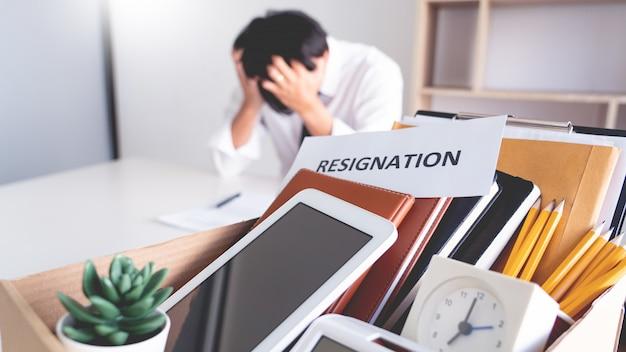 Homme d'affaires de stress avec lettre de démission