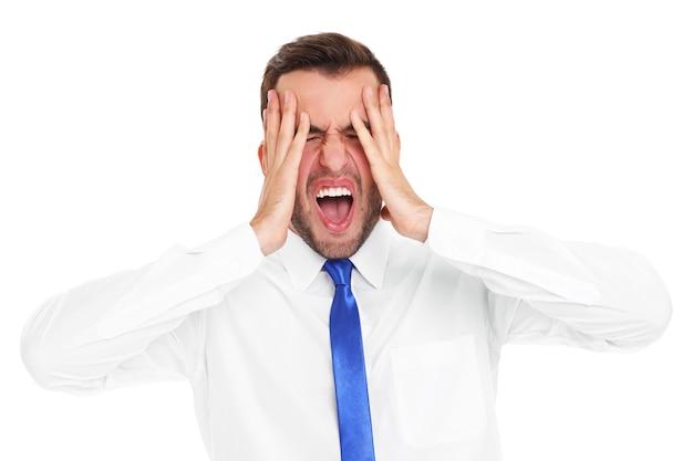 Un homme d'affaires stressé criant sur fond blanc