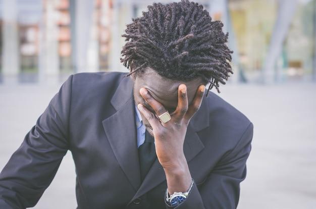 Homme d'affaires stressé noir