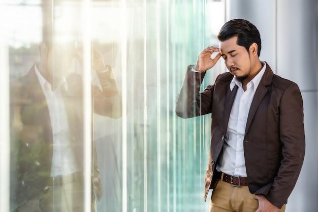 Homme d'affaires stressé pense à un problème au bureau