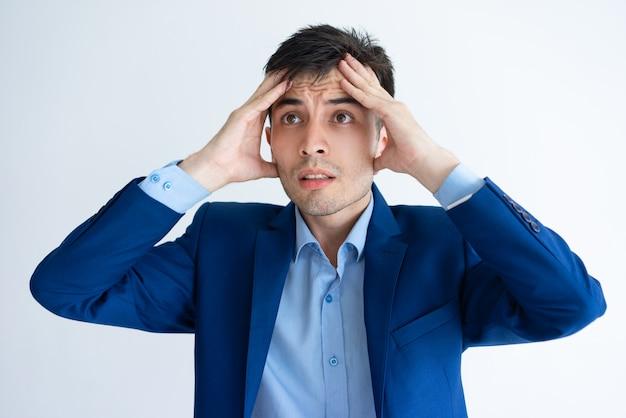 Homme d'affaires stressé touchant la tête
