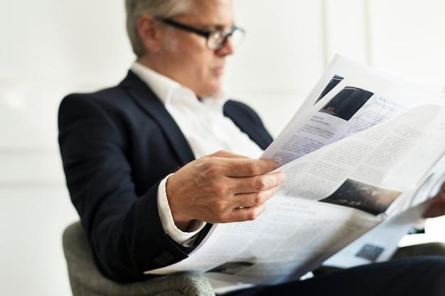 Homme d'affaires supérieur lisant un journal