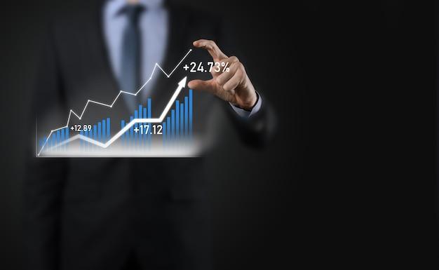Homme d'affaires sur une surface noire appuie, appuie sur un doigt sur une flèche de croissance positive