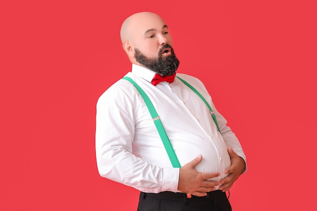 Homme d'affaires en surpoids sur la couleur