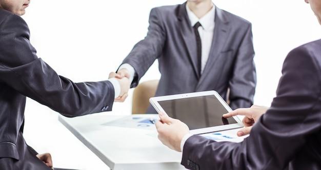 Homme d & # 39; affaires avec tablette numérique