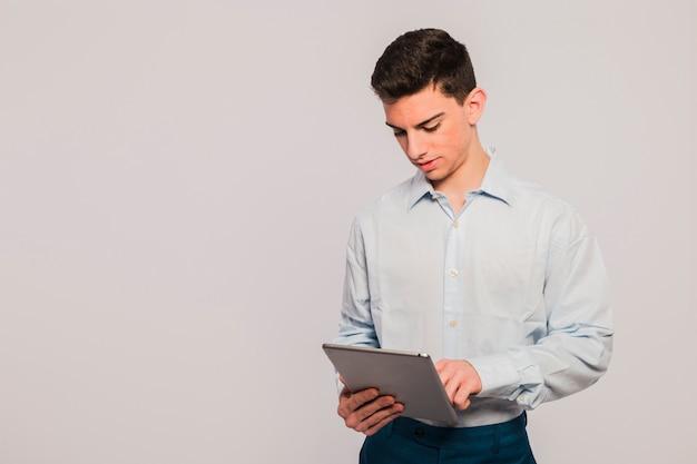 Homme d'affaires avec tablette